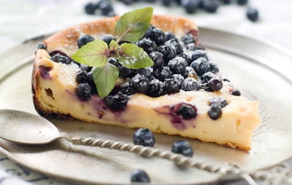 עוגת גבינה לפסח עם רוטב אוכמניות