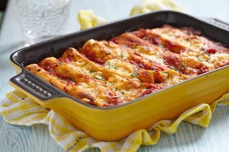 קנלוני עם בשר ברוטב עגבניות