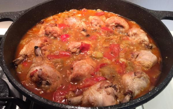 שוקי עוף עם חצילים ועגבניות